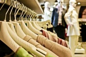 Kleidung im Geschäft
